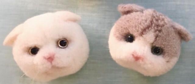trikotri氏が制作した動物ぽんぽんブローチ「ネコぽんぽん」
