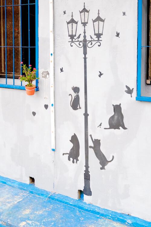 壁に猫の絵が描かれた台湾の街並み