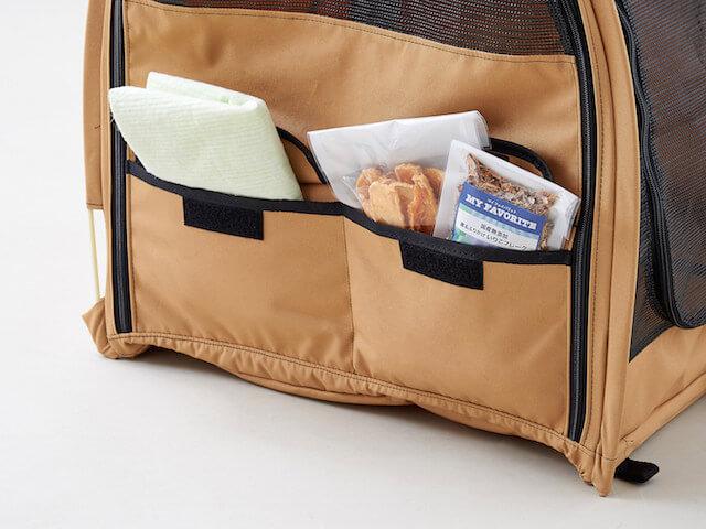 猫キャリーバッグ「ペットツインカーゴ」のサイドポケットに備品を収納したイメージ