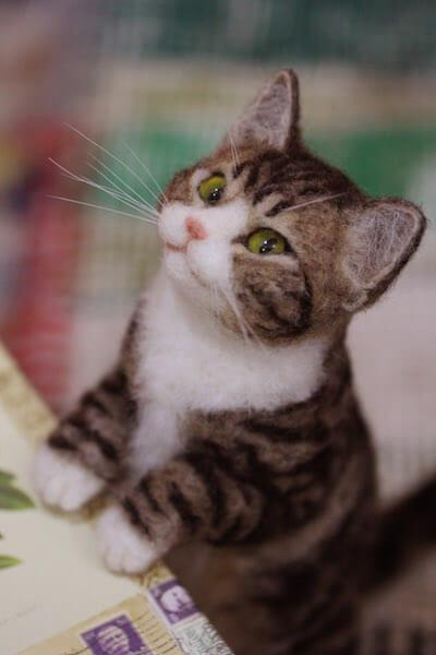 中山みどりさんの羊毛フェルト作品、立ち上がる猫