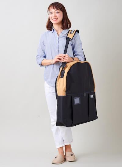 猫キャリーバッグ「ペットツインカーゴ」をショルダーで持ち運んでいる状態