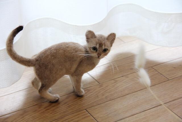中山みどりさんの羊毛フェルト作品、振り返る猫