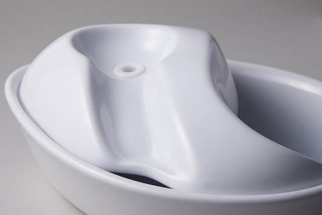 傾斜が水を流れる仕組みの自動給水器