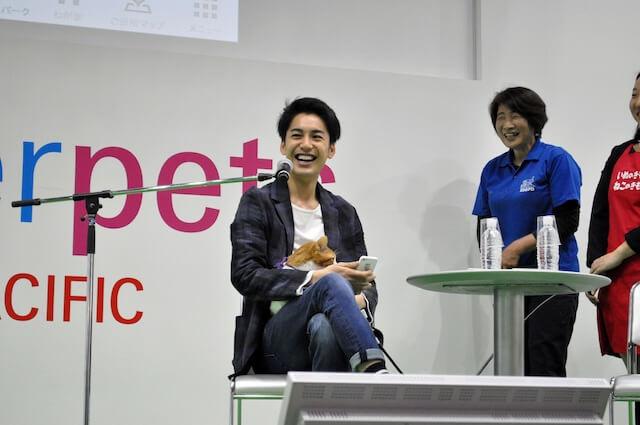 インターペットの猫忍トークイベントに出席する大野拓朗さんと、主役猫の金時
