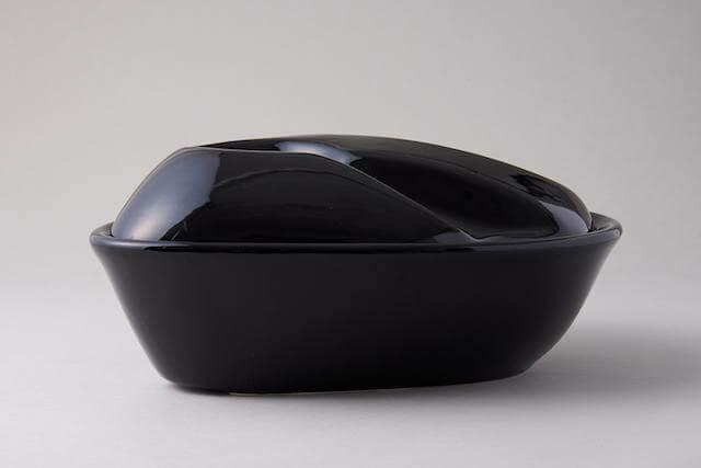 自動給水器セラミックファウンテンのブラックカラー、横からみた写真
