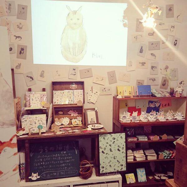 愛猫の写真がイラスト&紙アイテム化され、原画とともに展示