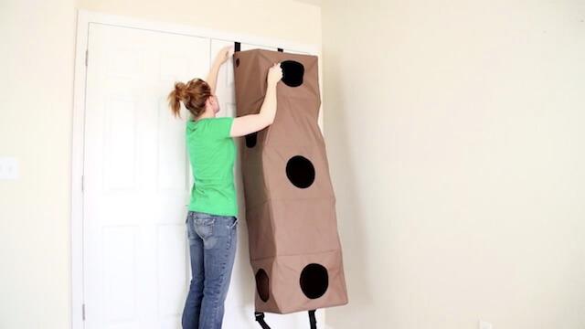 ドアのフックに猫ハウス「Hangin Cat Condo」を引っ掛ける