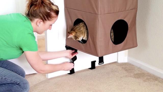 ドアの下にも猫ハウス「Hangin Cat Condo」を取り付けるためのフックを設置