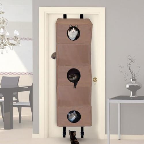 場所を取らないドアに設置できる猫ハウス「Hangin Cat Condo」