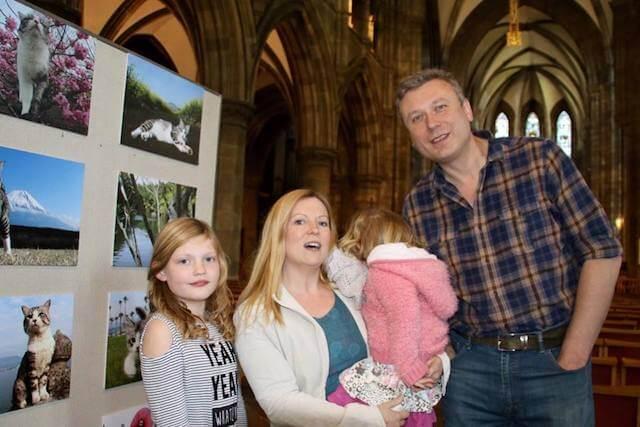 スコットランド・エディンバラで行われたニャン吉の写真展に訪れた家族