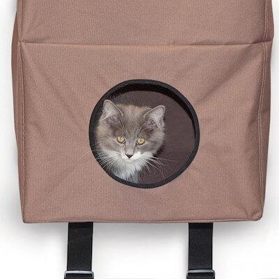 猫ハウス「Hangin Cat Condo」の中で寛ぐ猫