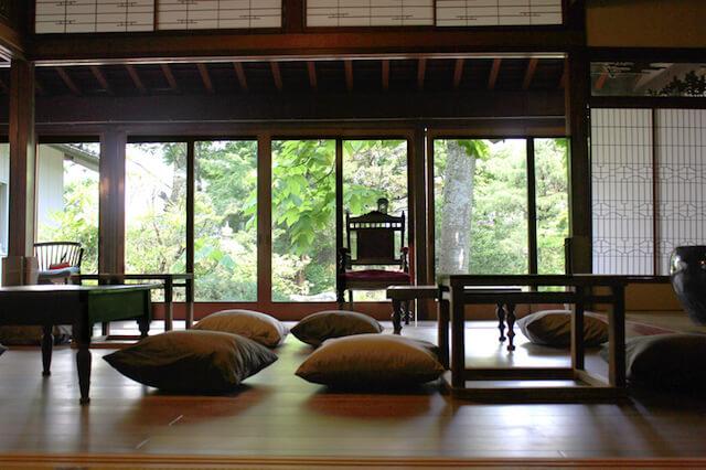 解放感のある月猫カフェのカフェスペース