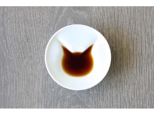 醤油を注ぐと猫が現れる♪ にゃんとも可愛らしい小皿が登場
