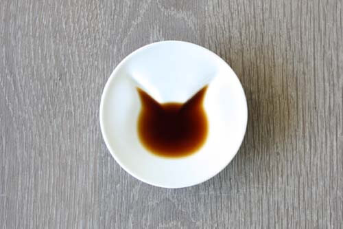 ecru〈エクリュ〉が販売している、猫が現れる醤油皿