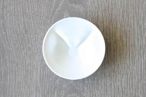 ecru〈エクリュ〉の猫しょうゆ小皿、醤油を注ぐ前の状態