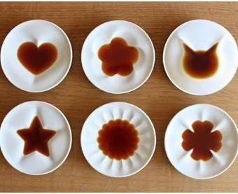 醤油を入れた後のecru(エクリュ)の醤油皿6種類「ねこ、ハート、クローバー、星、梅、菊」