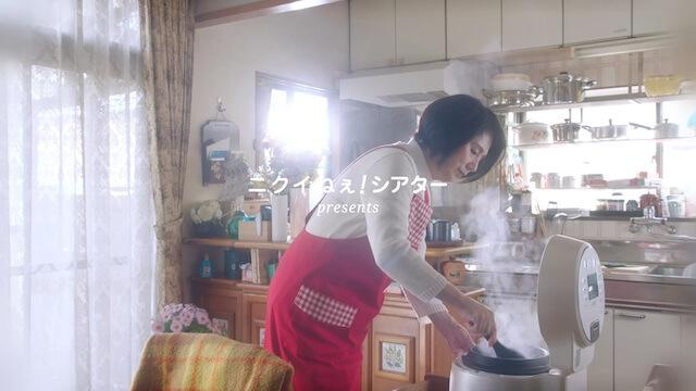 父の日の猫動画、キッチンに一人の女性