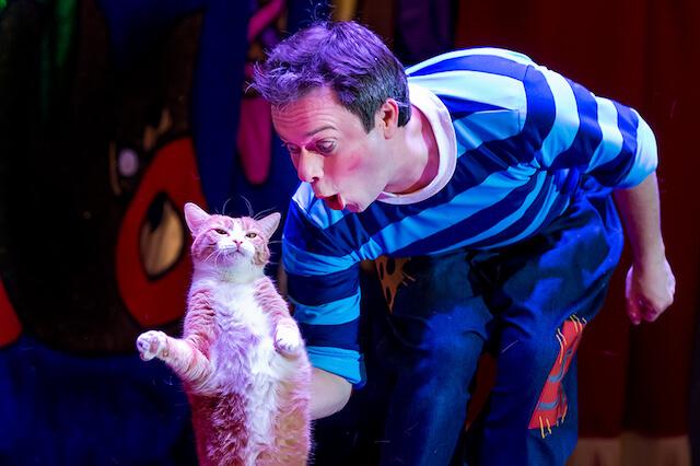 「ククラチョフの世界でたったひとつの猫劇場」の公演シーン、直立する猫