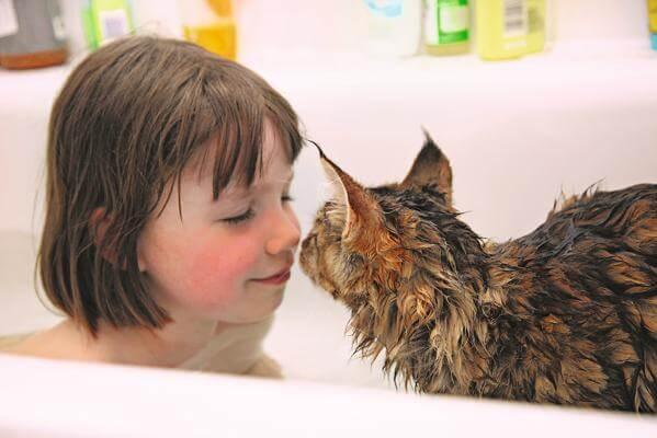 一緒にお風呂に入る「アイリス・グレース」と子猫の「トゥーラ」