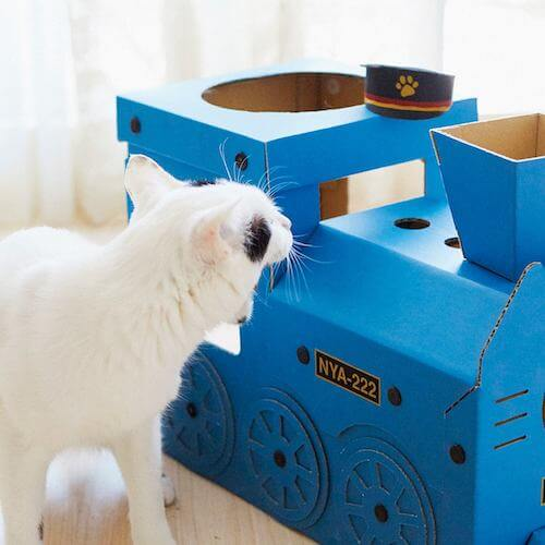 機関車型猫ハウスにスリスリする猫