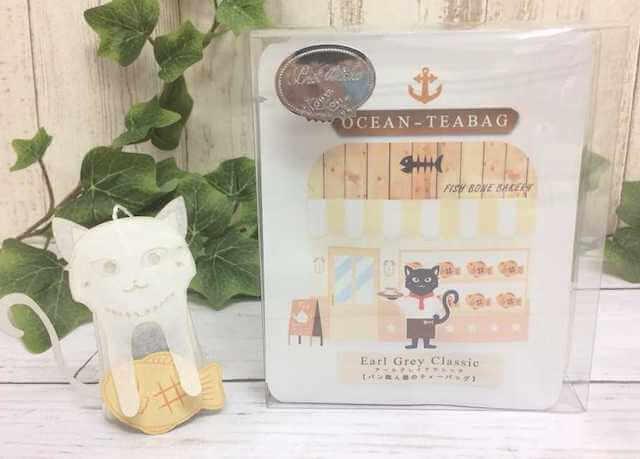 お魚型のパンを抱えた猫のティーバッグ