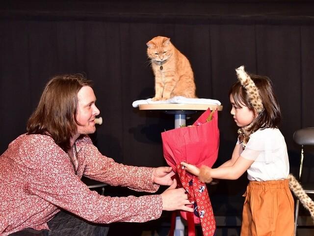 ホームレスと野良猫の実話映画「ボブという名の猫 」のボブが来日
