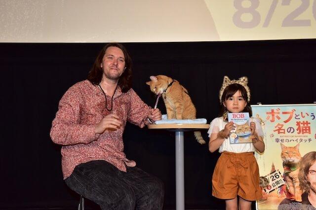 映画「ボブという名の猫」ジャパンプレミアに登場したジェームズ、茶トラ猫のボブ、新津ちせ