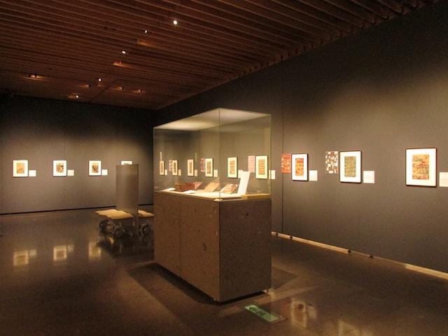 那珂川町馬頭広重美術館で開催中の「大佛次郎と501匹の猫」展示風景