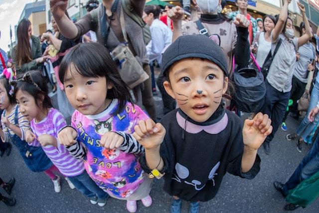神楽坂・化け猫フェスティバルの化け猫パレードに参加する子供