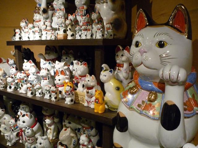 招き猫ミュージアムに展示されている膨大な数の招き猫