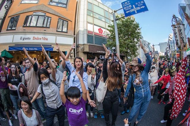 神楽坂・化け猫フェスティバルの化け猫パレードに参加する外国人観光客