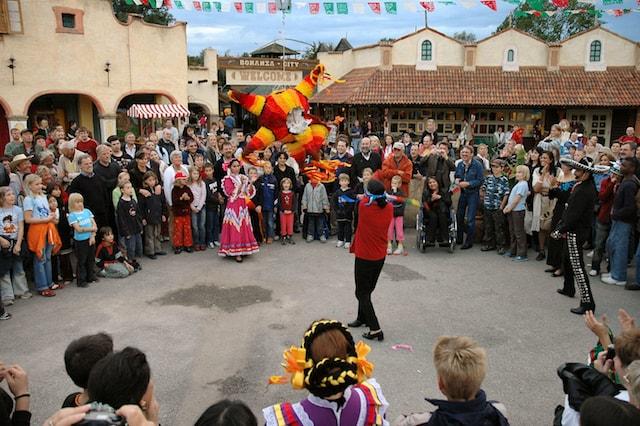 メキシコなど中南米のお祭りやお祝い事などで行われる「ピニャータ割り」の写真
