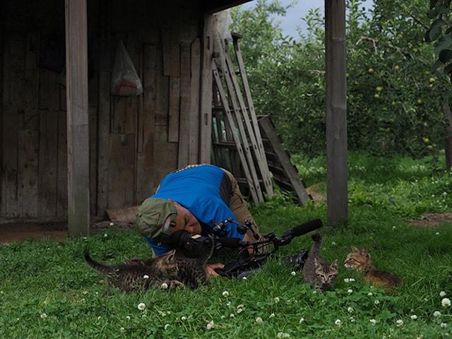 岩合さんが猫を撮影する姿 by 「劇場版 岩合光昭の世界ネコ歩き コトラ家族と世界のいいコたち」