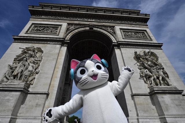 フランスに凱旋帰国した、こねこのチー(凱旋門)