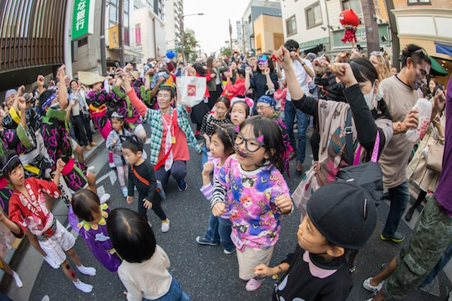 神楽坂・化け猫パレードに参加する子どもたち