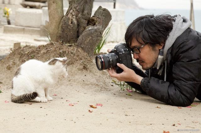 猫を至近距離で撮影する猫写真家の沖昌之さん