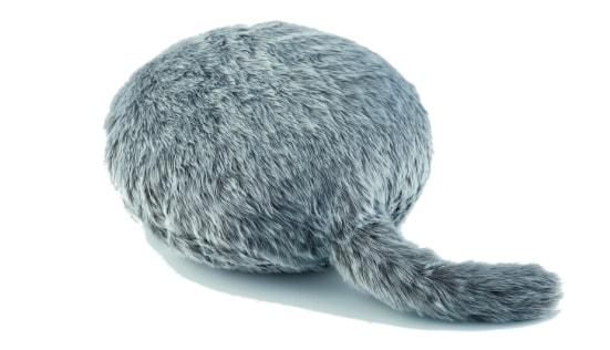 猫のようなモフモフな毛並みと尻尾が付いたクッション型セラピーロボット「Qoobo(クーボ)」