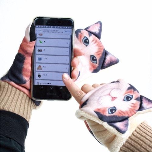 ジャマ猫手袋を身に着けて、両手でスマホを操作