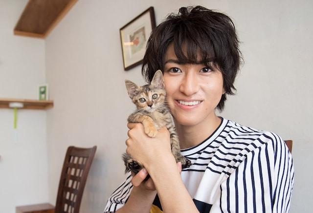 猫好き俳優・相葉裕樹さんと子ねこ