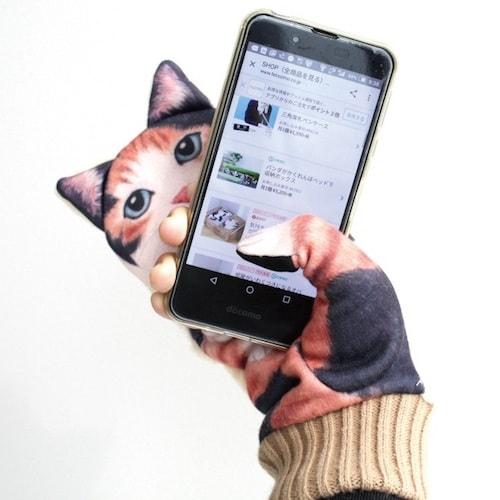 ジャマ猫手袋を身に着けて、片手でスマホを操作