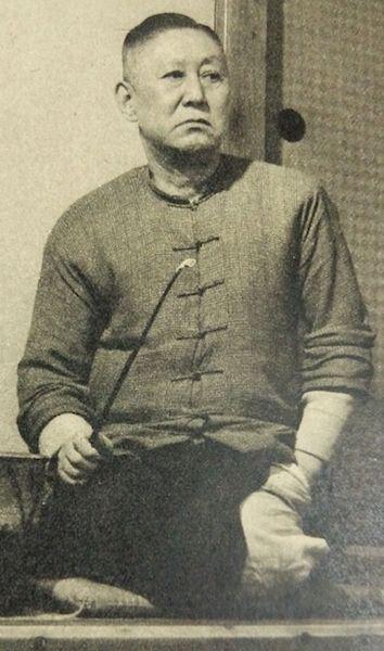 小説家・内田百閒の肖像写真(public domain)