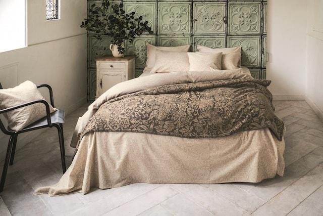 「ピュア・モリス」で作るモダンな大人の寝室