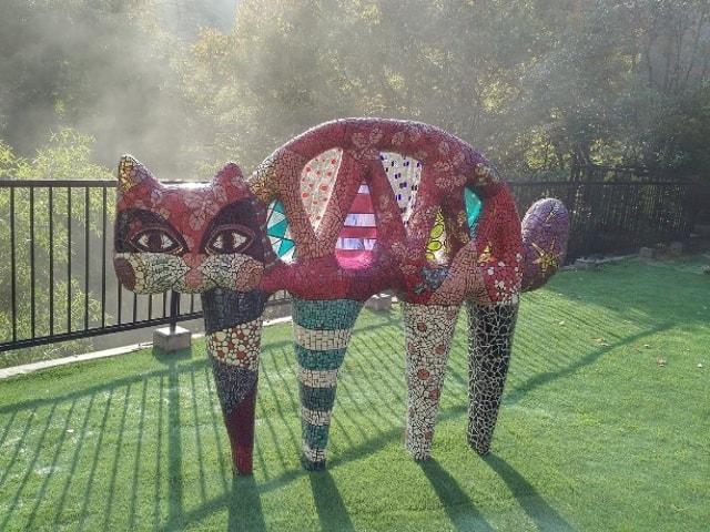 山中温泉の旅館・鶴仙庵に巨大な猫のオブジェ「橋猫」が登場