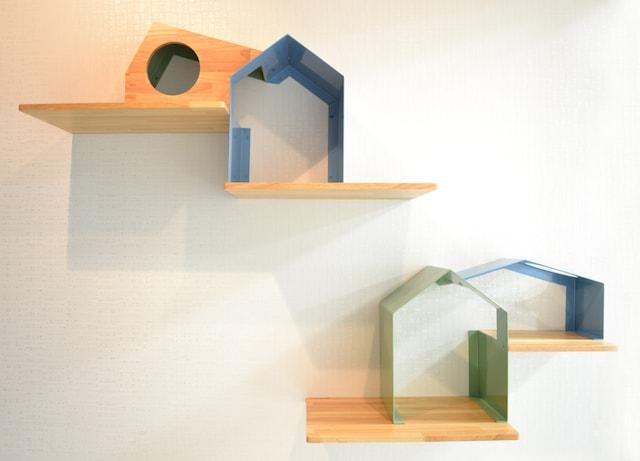 鉄と木を使って作られていキャットシェルフ「House」
