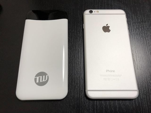 iPhone PlusとTUNEMAX CATS EYE BATTERY(チューンマックス キャッツアイ バッテリー)」の比較