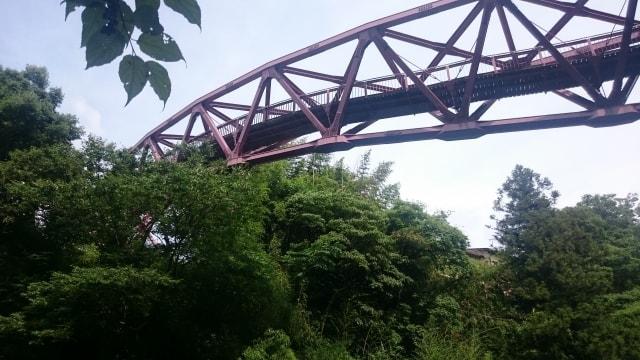 下から見たあやとり橋のイメージ写真(AC)