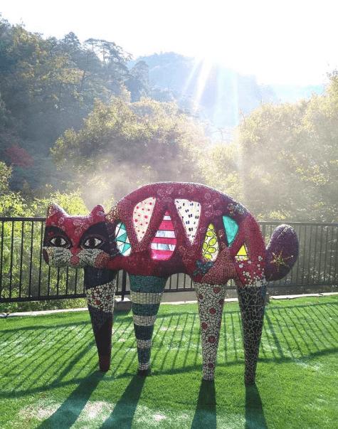鶴仙庵に展示されている、現代アート作家・小林真理江さんのアートオブジェ「橋猫」