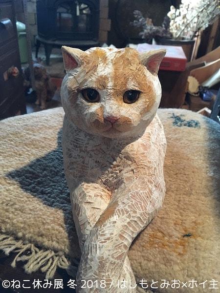 はしもとみおさんが彫刻した、人気猫「ホイップ」の木彫り作品