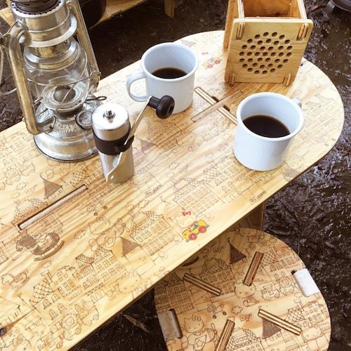 ハローキティのPANEL LONG TABLE(パネルロングテーブル)、コーヒーテーブルとしての使用例