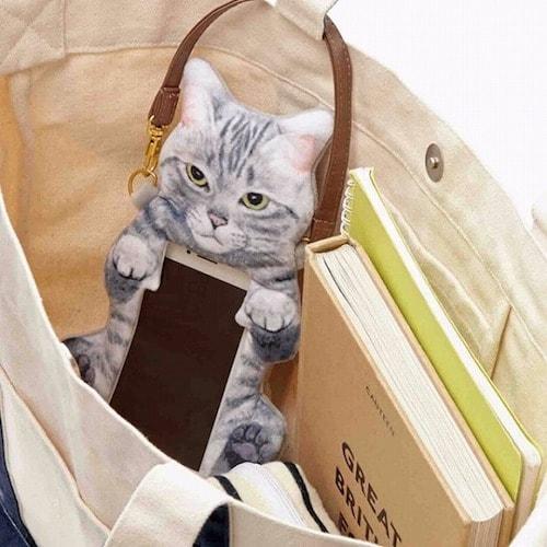 猫のヘソ天が触れるスマホポーチ(使用イメージ)